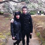 Tokyo, fioriscono i cigliegi sopra due giovani vestiti a festa